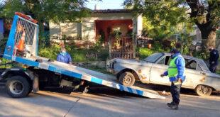 Continúa el retiro de autos abandonados en la vía pública